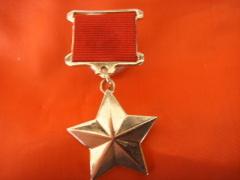 Установлено звание Героя Российской Федерации и учреждена медаль «Золотая звезда»