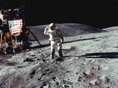 Спускаемый аппарат американского космического корабля «Аполлон-16» с астронавтами Янгом и Дюком совершил посадку на поверхность Луны в районе кратера Декарт.