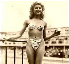 Во время показа мод в Париже модельер Луи Риар представил новый женский купальник – бикини