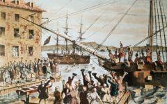 Американские колонисты, переодевшись индейцами, выбросили в гавань Бостона ящики с чаем в знак протеста против введённого Великобританией налога на чай