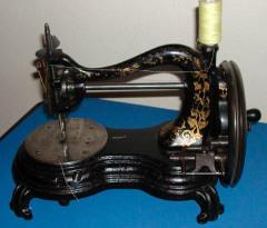 Американский портной Исаак Меррит Зингер запатентовал усовершенствованную швейную машинку с челночным стежком