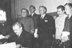 Подписан пакт Молотова-Риббентропа