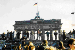 В Берлине состоялась торжественная церемония подписания договора о вхождении ГДР в состав ФРГ (Договор об объединении)