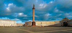 На Дворцовой площади Петербурга установлена Александровская колонна – памятник победы русского народа в войне с Наполеоном