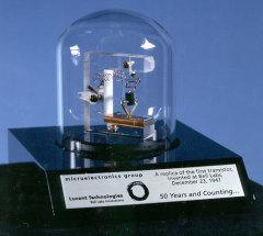 Американские физики Уильям Шокли, Джон Бардин и Уолтер Браттейн продемонстрировали первый транзистор