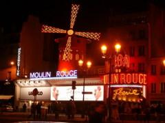 В Париже у подножия Монмартра открылось ночное кабаре «Мулен Руж»