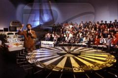Вышел в эфир первый выпуск телеигры Влада Листьева «Поле чудес»
