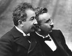 В Париже состоялся первый в истории публичный киносеанс, устроенный братьями Луи и Огюстом Люмьер в «Гран-кафе» на Бульваре Капуцинов