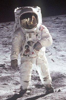 Американские астронавты впервые вышли в открытый космос без страховки