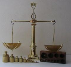 Во Франции принят закон, который ввёл метрическую систему мер и определил единицы длины — метр и массы — килограмм